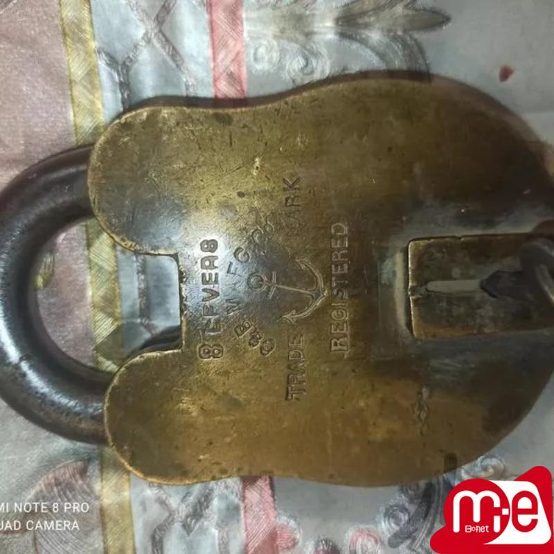 قفل قدیمی سنگین